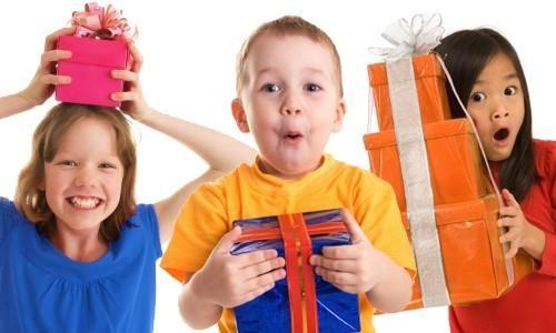 Nghệ thuật tặng quà cho con nhỏ bố mẹ nên biết